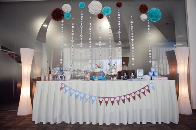 Krikštynų dekoravimas - saldaus stalo dekoras su pom pomsais ir girliandomis