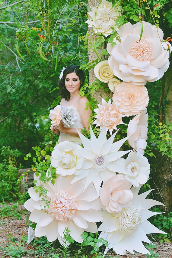 Didelės popierinės gėlės - fotosesijos dekoracijos, netradicinė ceremonijos arka