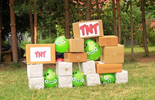 Angry Birds gimtadienio žaidimas - numušti dėžes