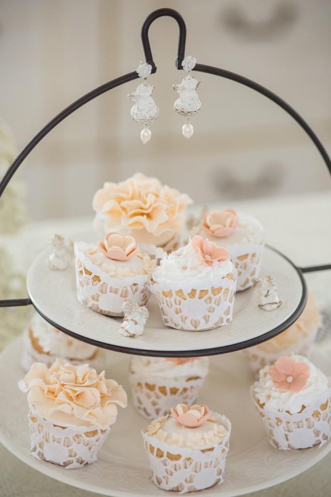 Krikštynos: keksiukai su persikinės spalvos rožytėmis