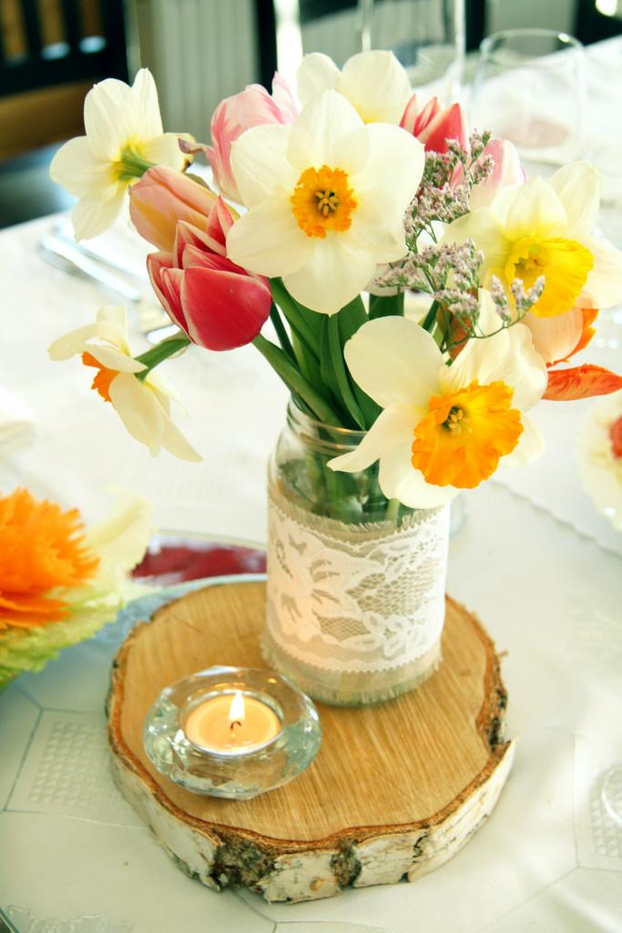 Lauko gėlės rustic tema, mediniai rąstų padėkliukai ant stalo