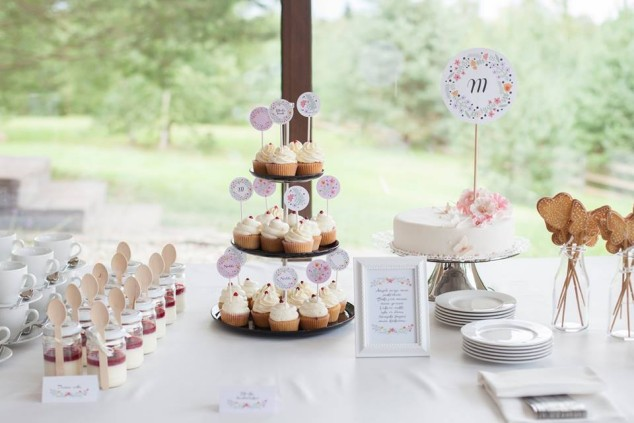 Saldus krikštynų stalas ir spaudos dekoracijos