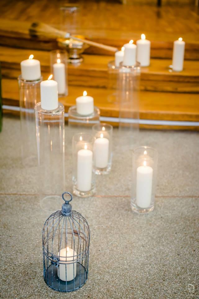 Bažnyčios dekoras žvakėmis, vazomis