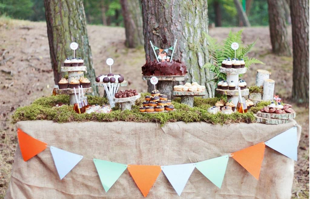 Lapiuko gimtadienis miško tema: saldus stalas, samanos, mediniai padėklai, vėliavėlės
