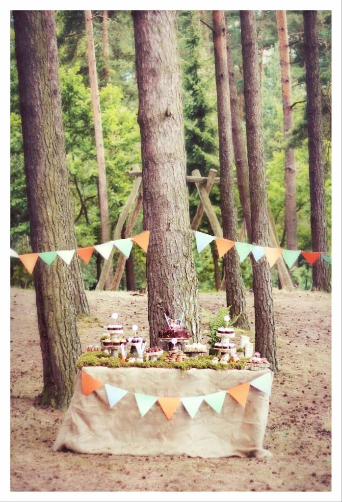Saldaus vaišių stalo dekoravimas gamtoje