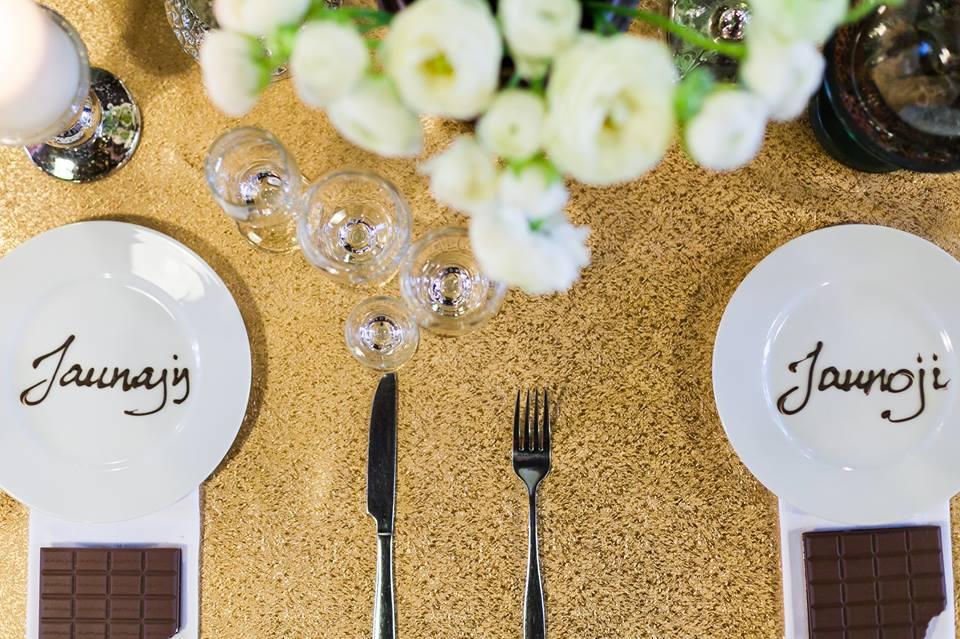 Vardų kortelės - šokoladinis užrašas lėkštėje - vestuvės