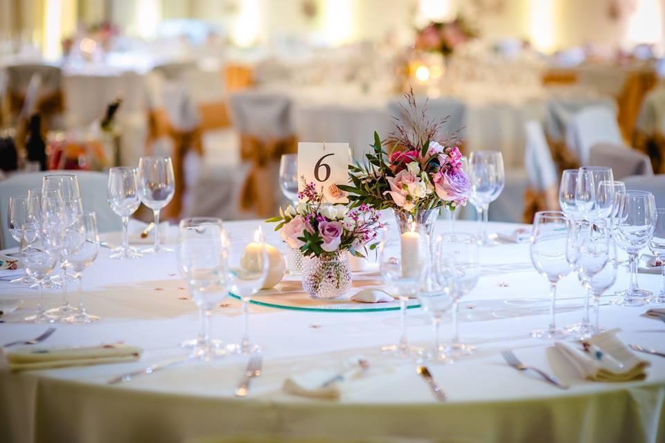 Stalų dekoras: gėlės, stalo numeriai