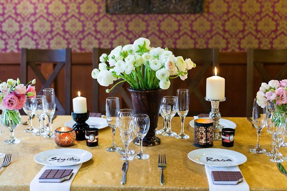 Stalų dekoras, vestuvės, auksinė staltiesė