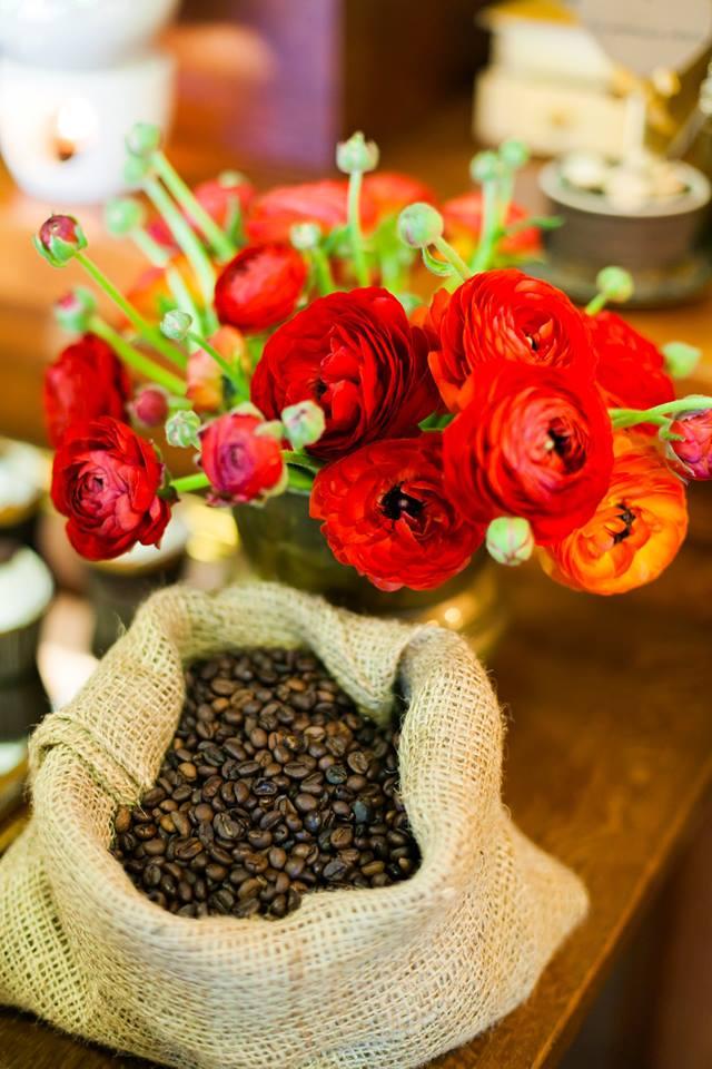 Kavos pupelės, raudoni viedrynai - dekoracija