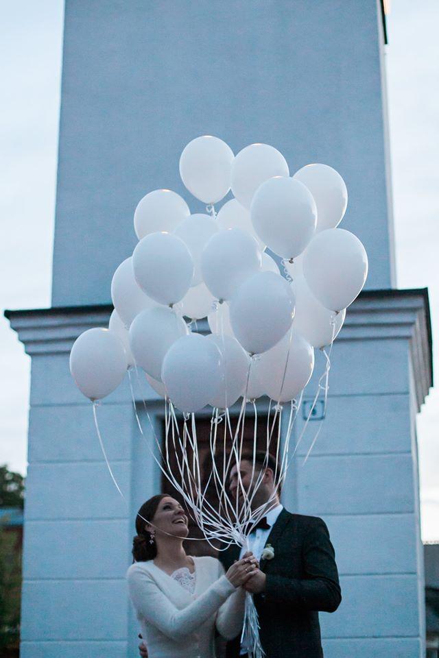 Balti balionai su palinkėjimais vestuvėse