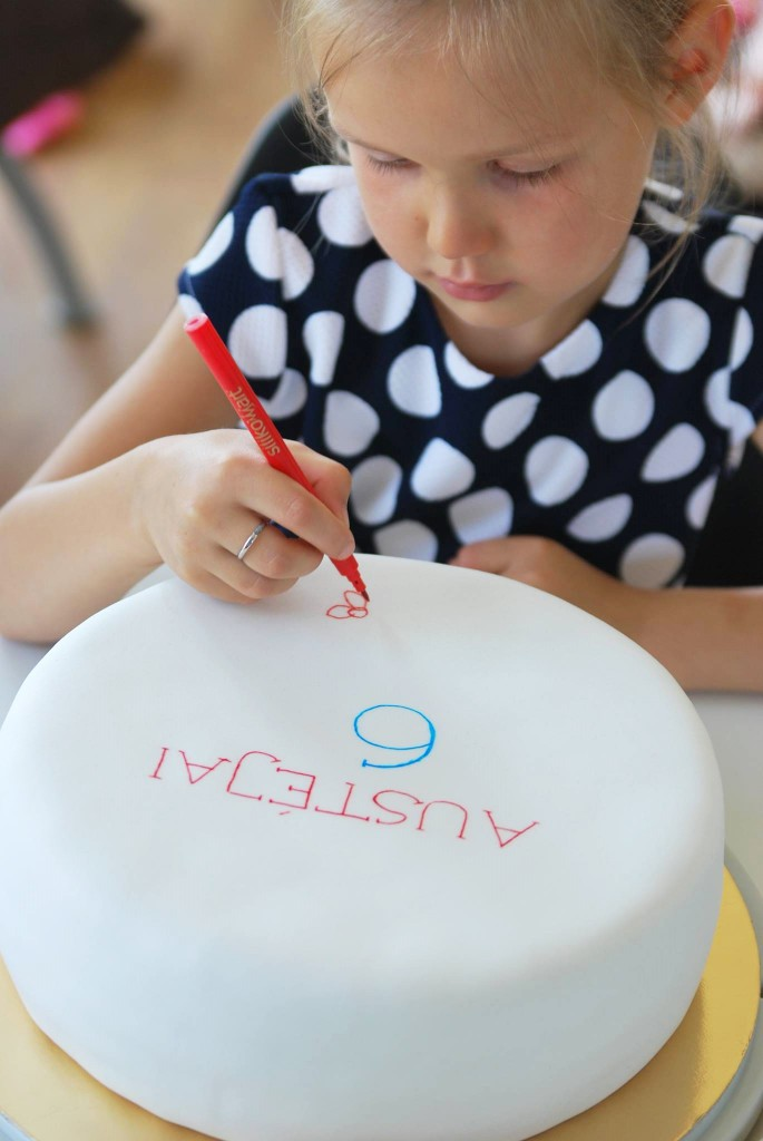 Torto dekoravimas rašikliu/flomasteriu