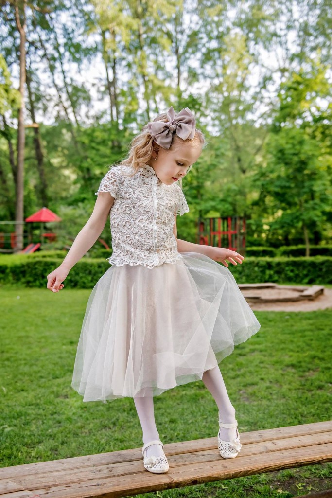 Šventinė suknelė su nėriniais
