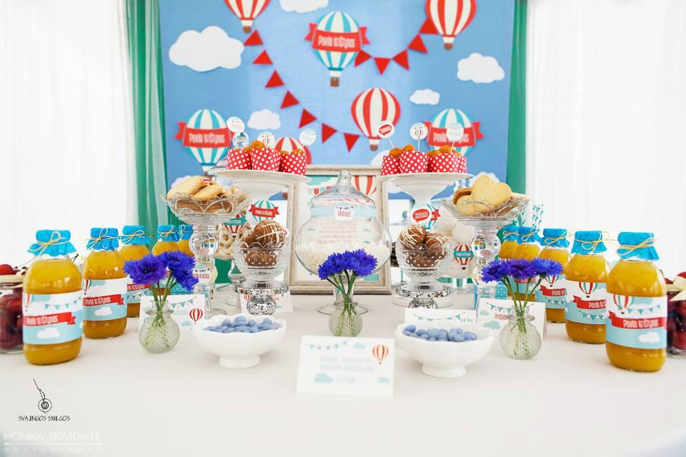 Saldus stalas su oro balionais, krikštynų dekoras