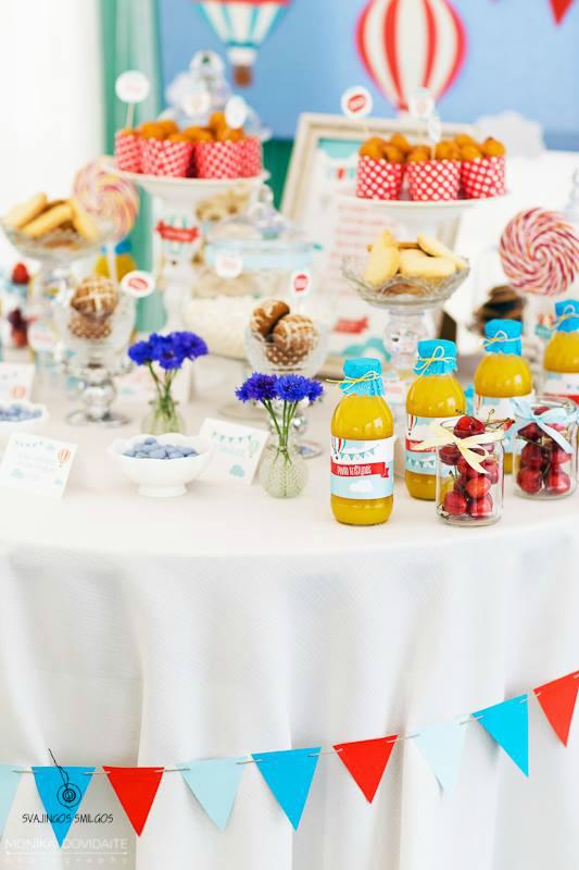 Krikštynų dekoruotas puoštas stalas