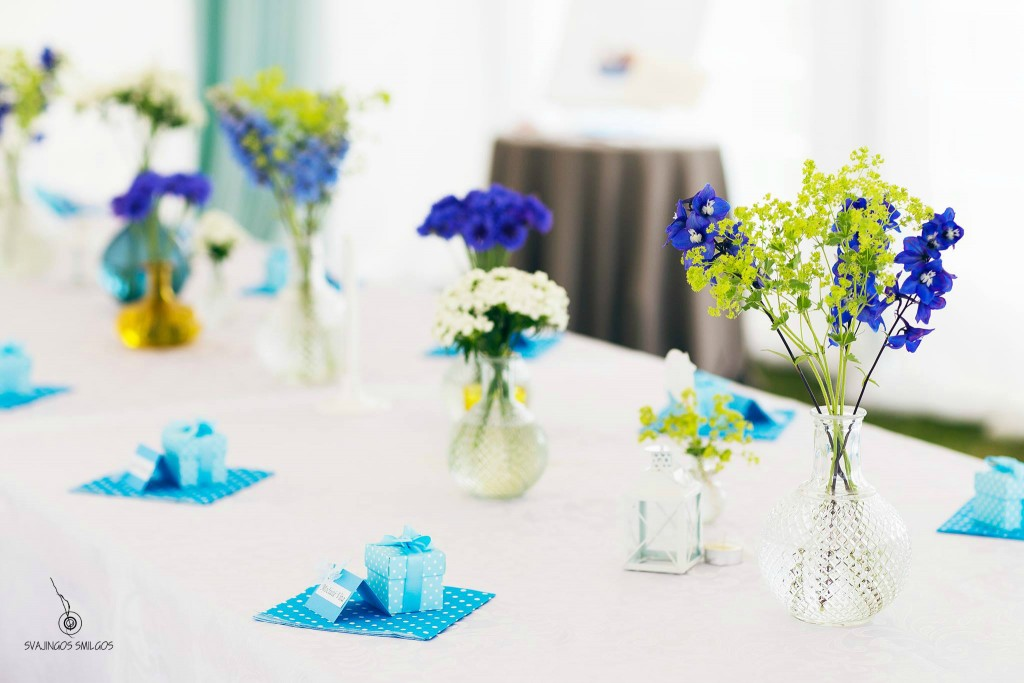 Stalo dekoras lauko gėlėmis