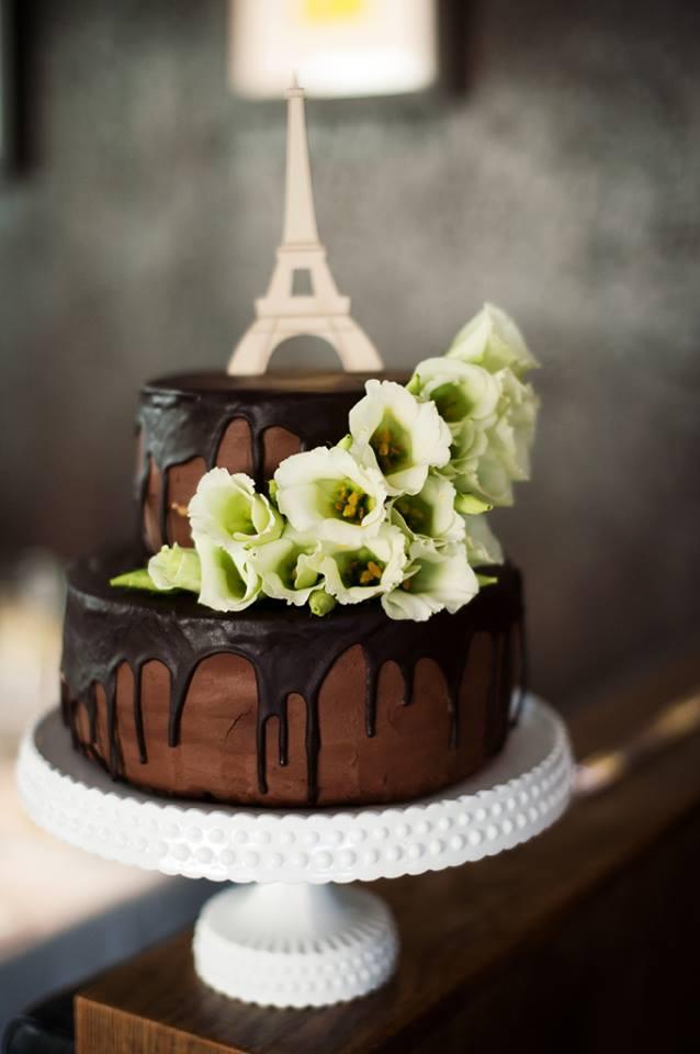 Dviejų aukštų šokoladinis vestuvių tortas su aplietu šokoladu, Eifelio bokštas ir eustomos