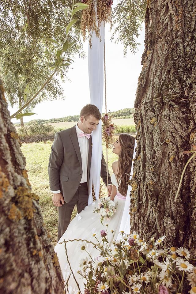 Vestuvių fotosesija gamtoje ant supynių