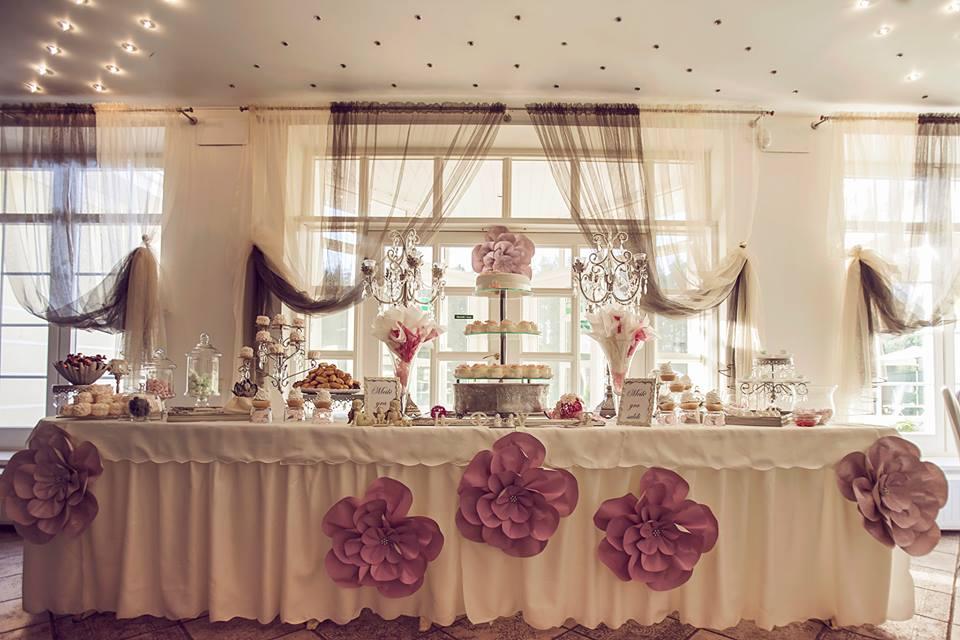 Saldus vestuvių stalas ir popierinės gėlės