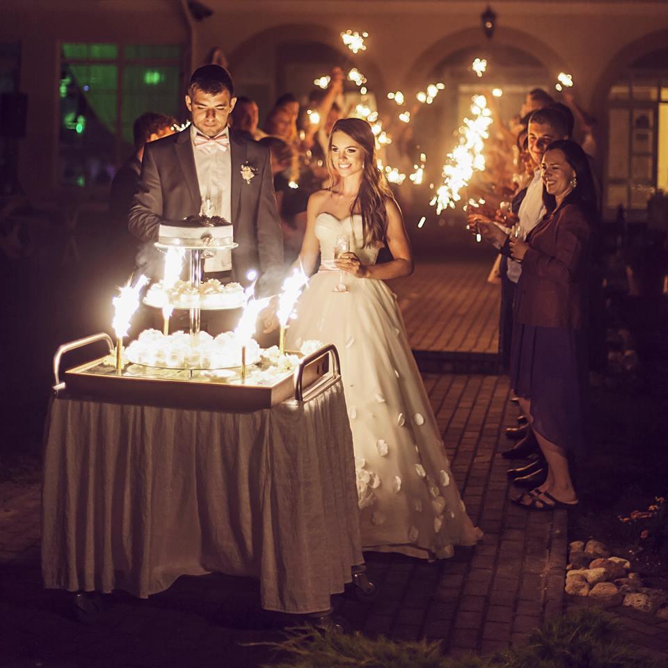 Vestuvių vidurnaktis,  12 valanda, fejerverkai ant torto