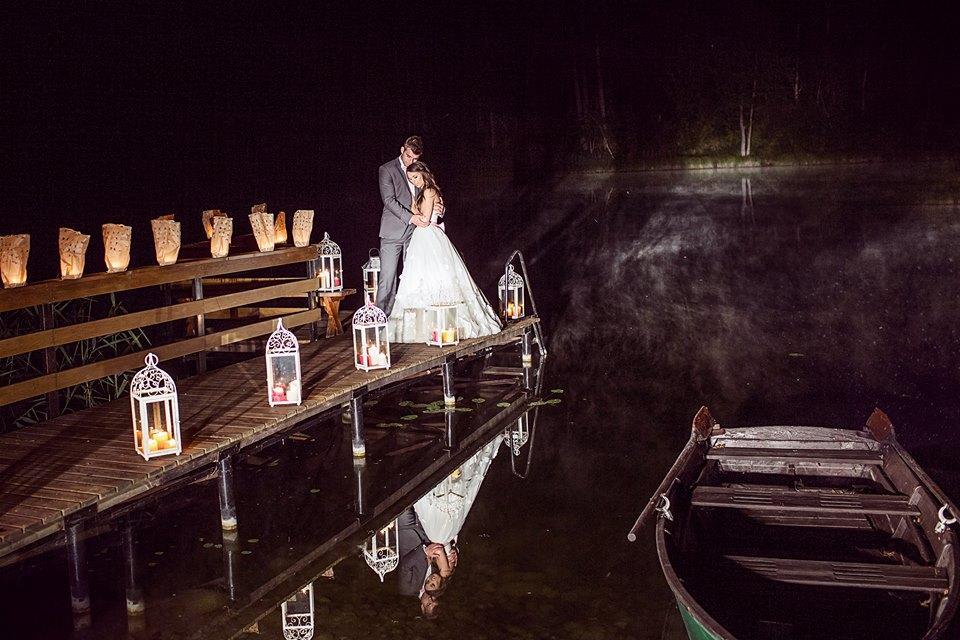 Vestuvės, žibintai naktį ant tiltelio, lauko dekoras