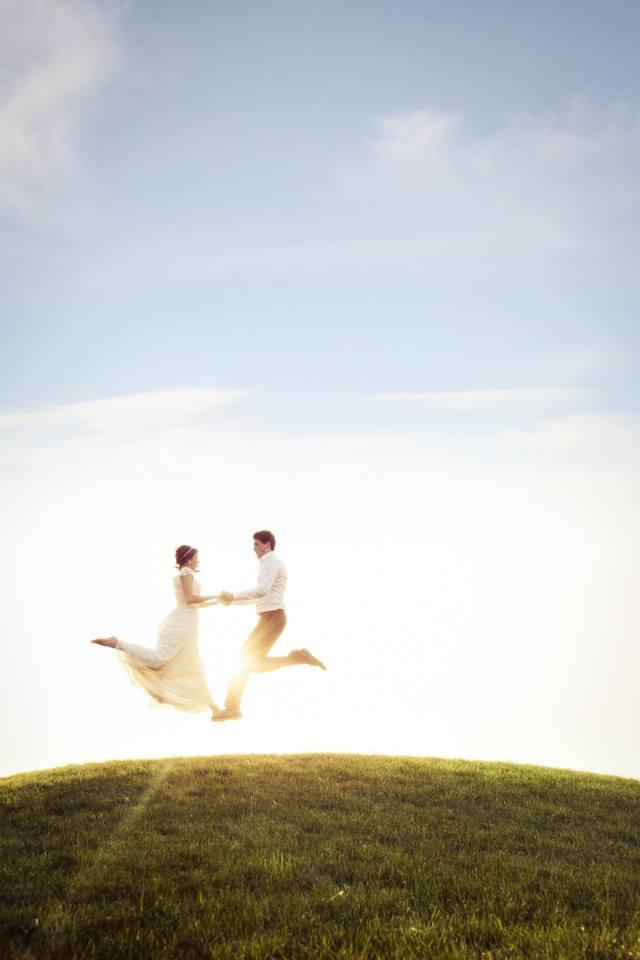 Romantiška vestuvių fotosesija: jaunieji gamtoje ant kalno