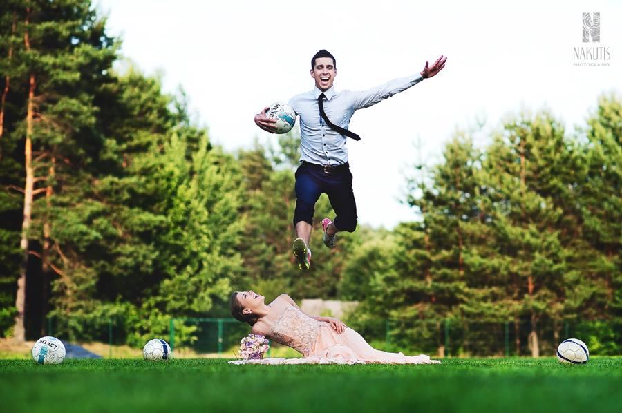 Linksma ir žaisminga vestuvių fotosesija: jaunieji futbolo aikštėje