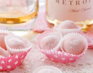 Baltojo šokolado triufeliai su rožiniu putojančiu vynu/šampanu