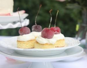 Migdoliniai pyragaičiai su cukruotomis vyšniomis ir Amaretto grietinėle