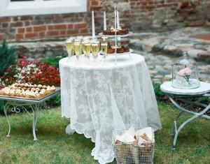 Idėja: stalo su vaišėmis dekoras po vestuvių ceremonijos