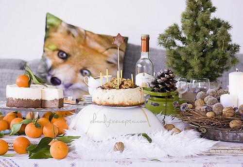 Kalėdinis varškės pyragas su obuoliais, graikiniais riešutais ir sūdyta karamele