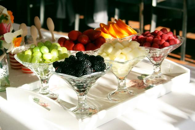 Vaisių asorti ant saldaus stalo: gervuogės, avietės, braškės, kt.
