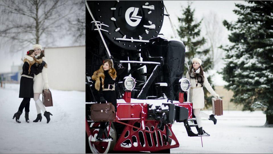 Merginų fotosesija prie traukinio