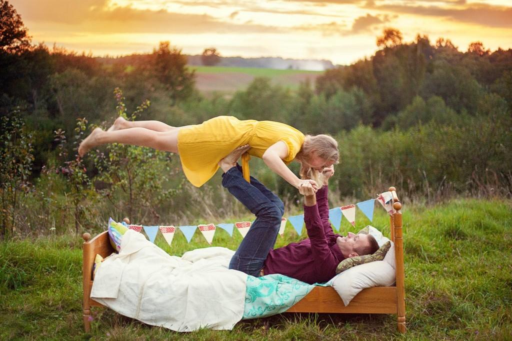 Žaisminga poros fotosesija gamtoje ant kalno