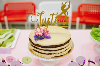 Tortas su dekoracija-smeigtuku - pjaustytas žodis