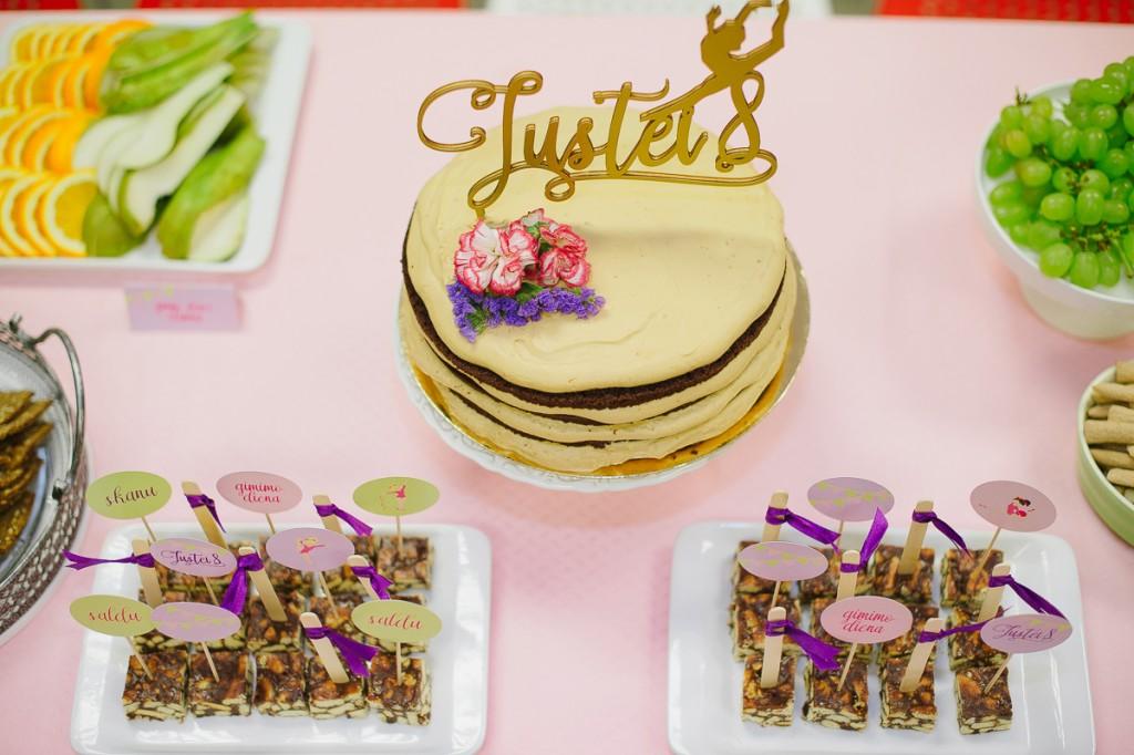 Torto medinė pjaustyta dekoracija