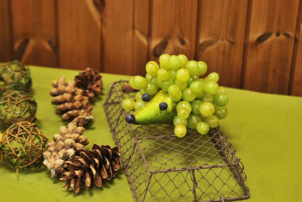 Ežiukas iš vynuogių - gimtadienio stalo papuošimai