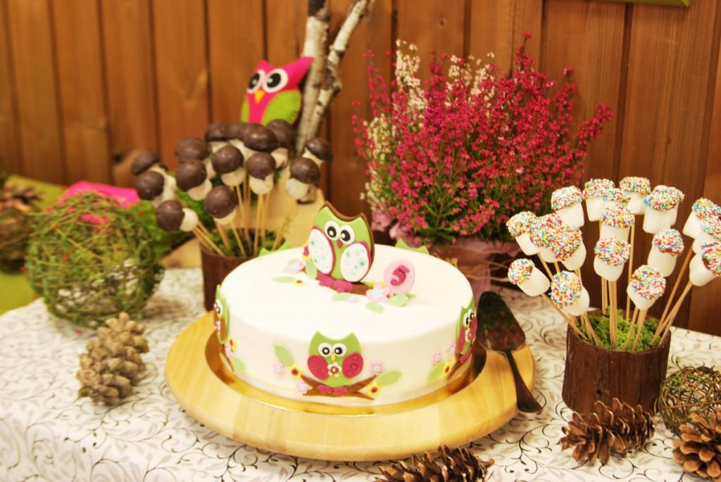 Saldaus stalo dekoras ir desertai