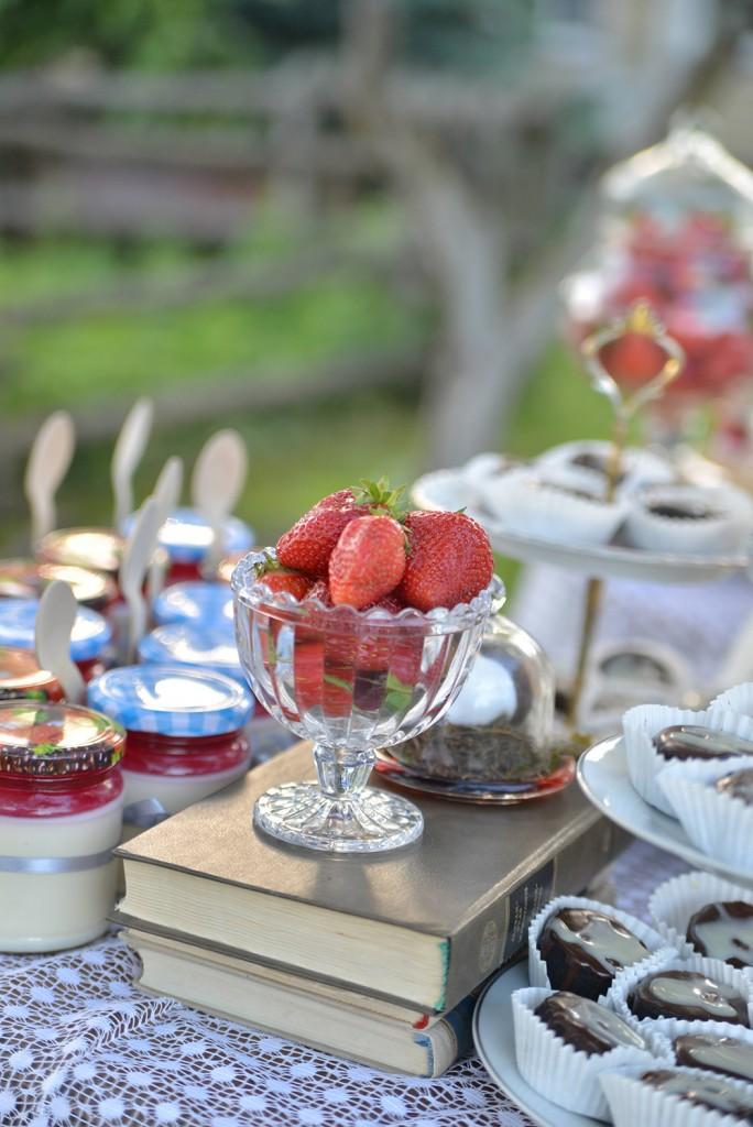 Braškės ir kiti saldaus stalo desertai