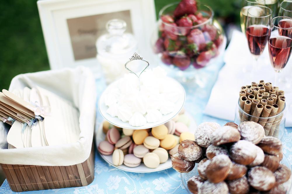 Macaronsai, eklerai - vestuvių saldus stalas, vaišės