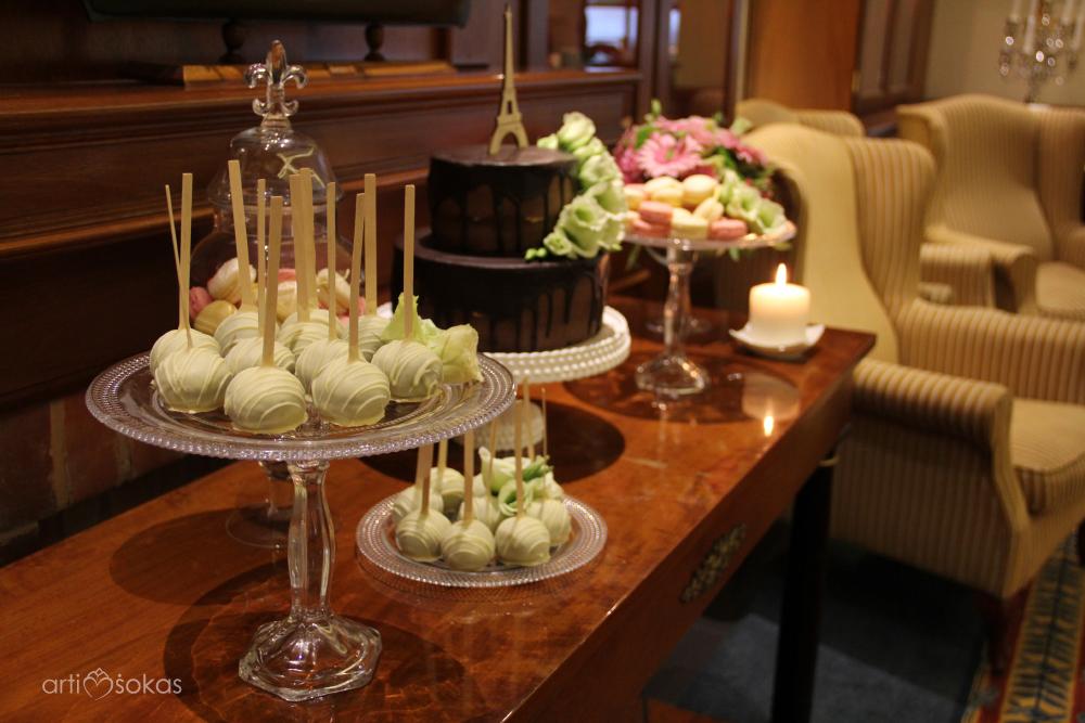 Cake popsai ir šokoladinis tortas - Radisson viešbutyje restorane Brasserie de Verres en Vers