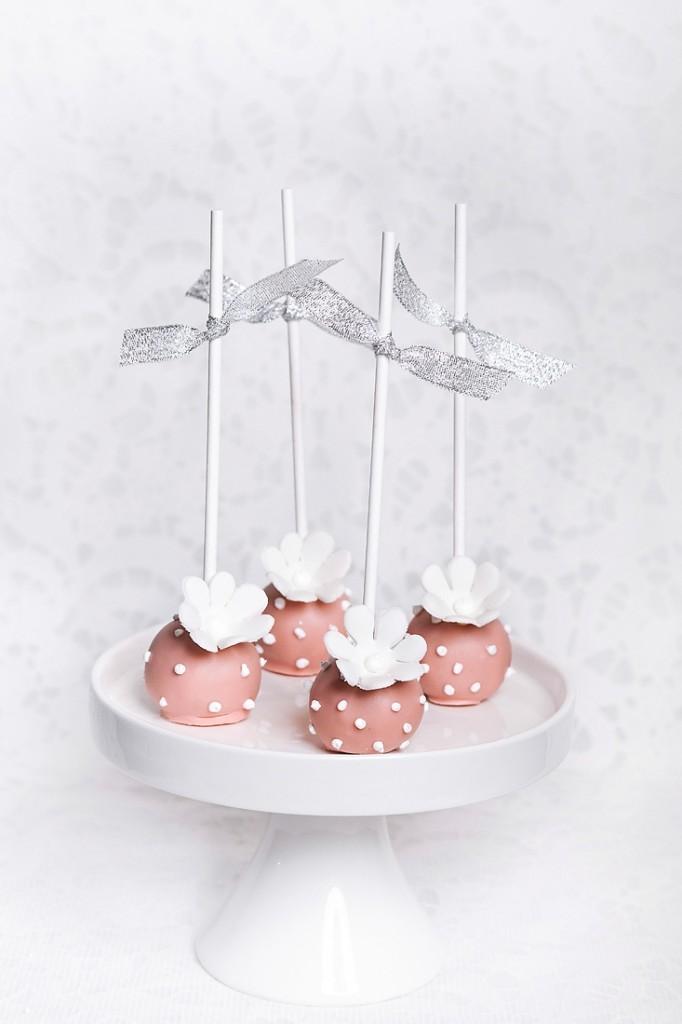 Cake popsai, dekoruoti gėlytėmis ir sidabriniais kaspinėliais