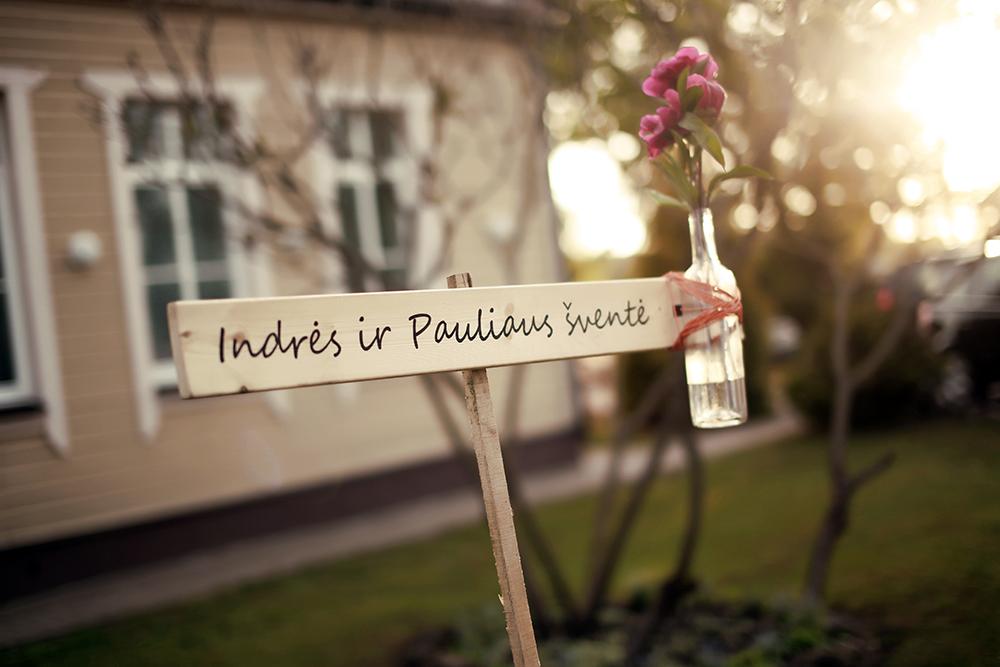 Užrašas ant medinės lentos - rodyklė vestuvėse