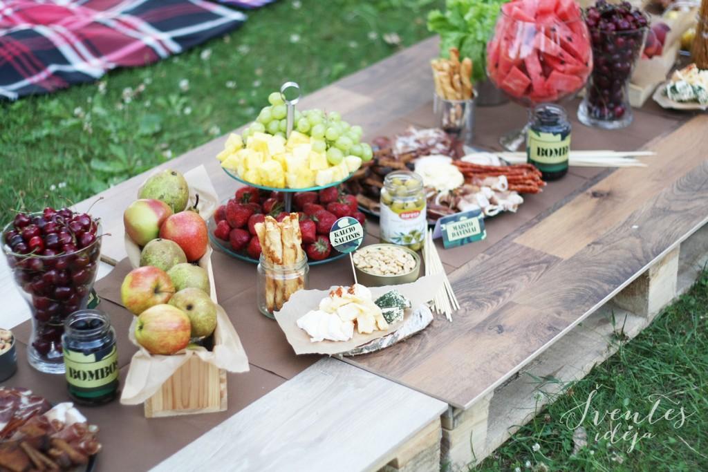 Stalo vaišių dekoras ant medinių palečių - įmonės vakarėlis gamtoje,