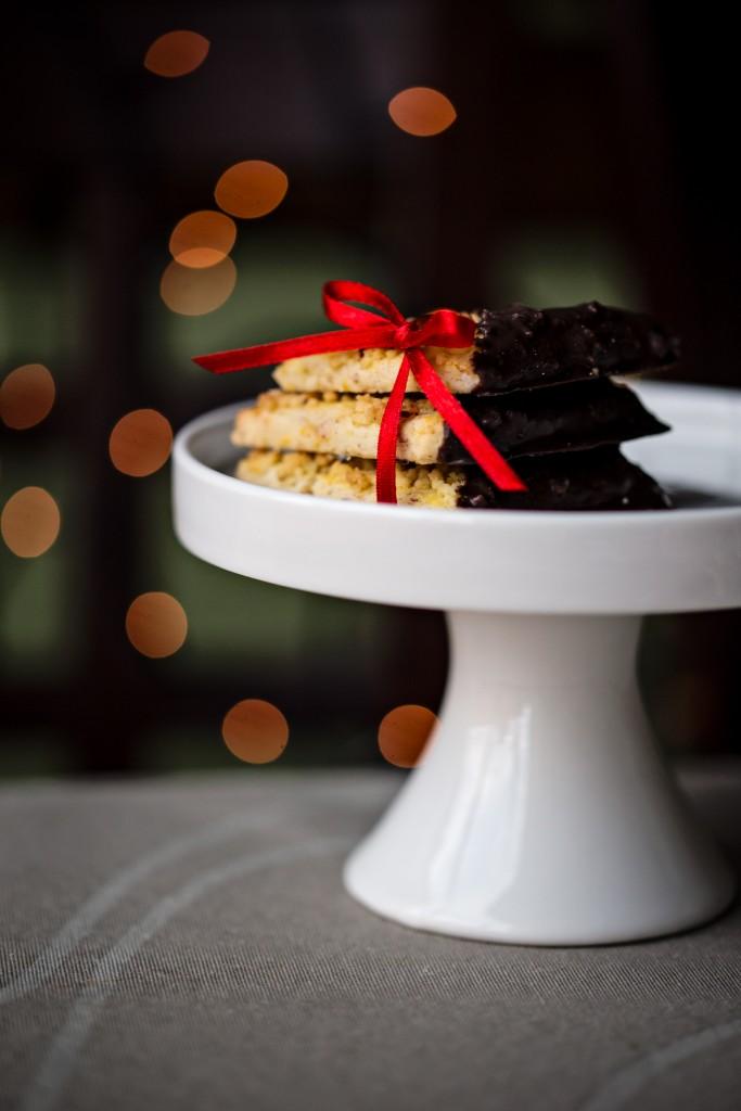 Imbieriniai sausainiai su riešutais ir juoduoju šokoladu - Kalėdos, saldus stalas