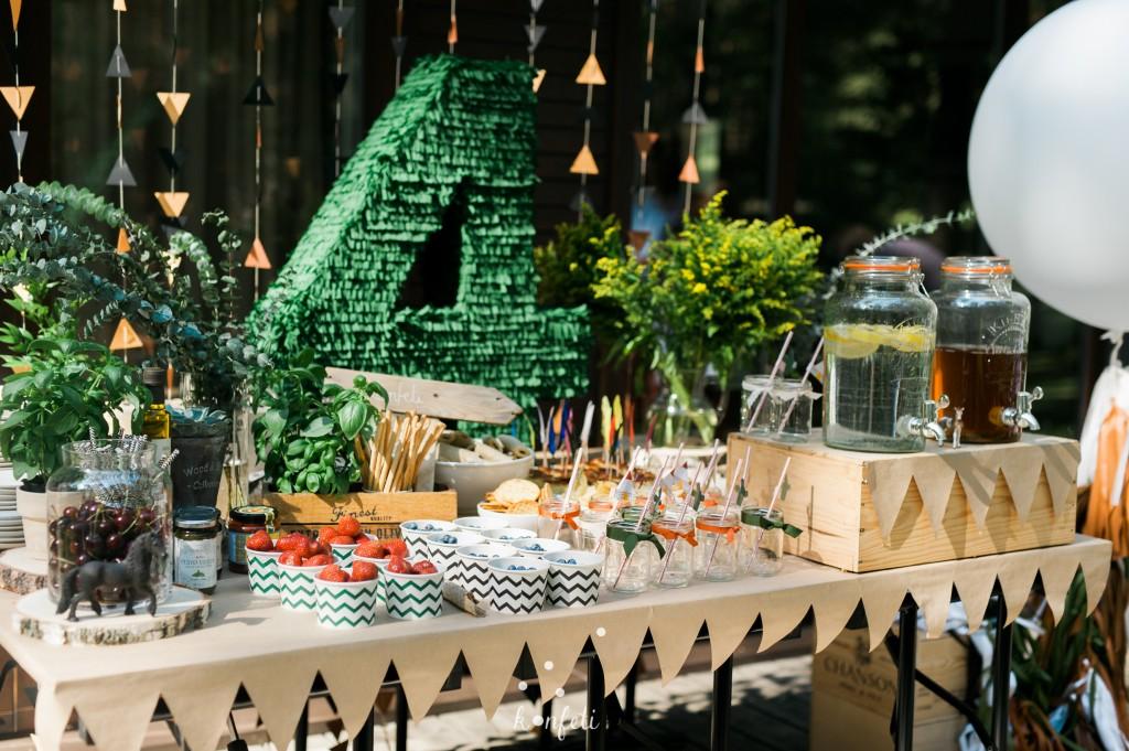Vaišių stalas, užkandžiai, vieno kąsnio, stalo dekoras, popierinė staltiesė, vaisiai indeliuose