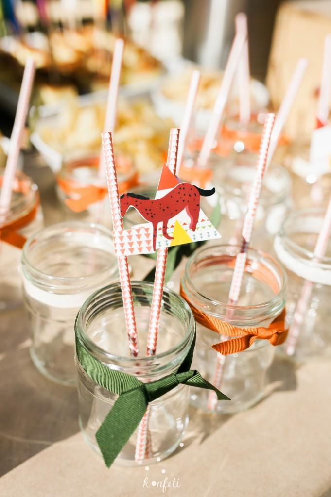 Stiklainėliai gėrimui, su šiaudeliais ir arkliukų dekoracija