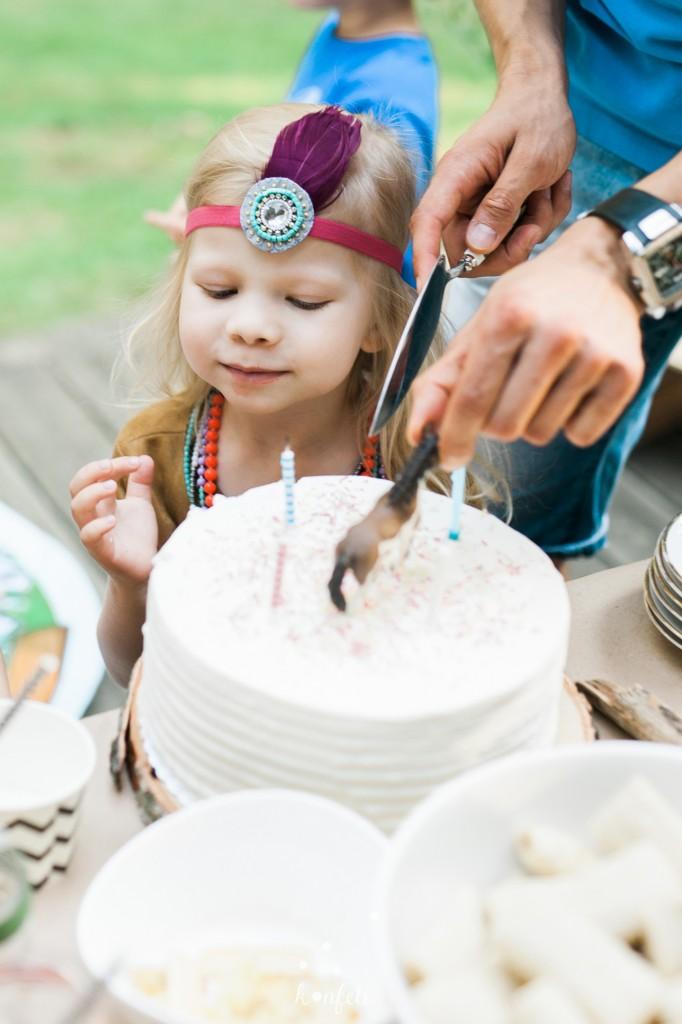 Indėniško gimtadienio tortas, galvos askesuaras su plunksna