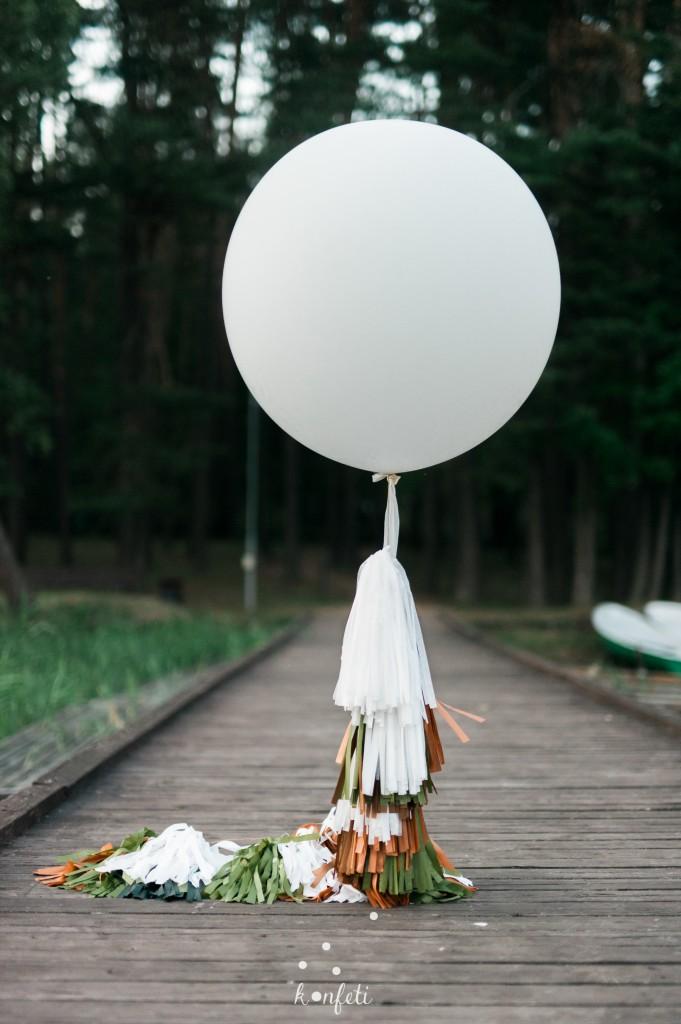 Didelis balionas su dekoracija iš kutų