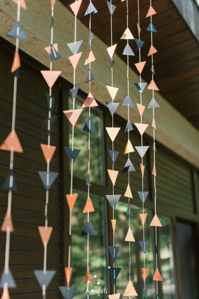 Popierinė trikampėlių girlianda ant siūlo