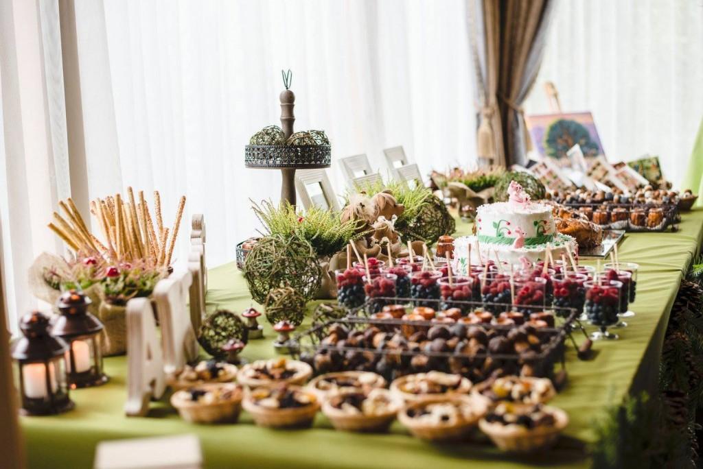 Saldaus stalo dekoras miško tema